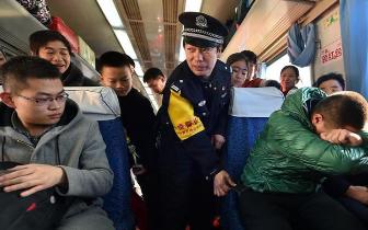 列车上的防盗宣传:乘警现场情景模拟