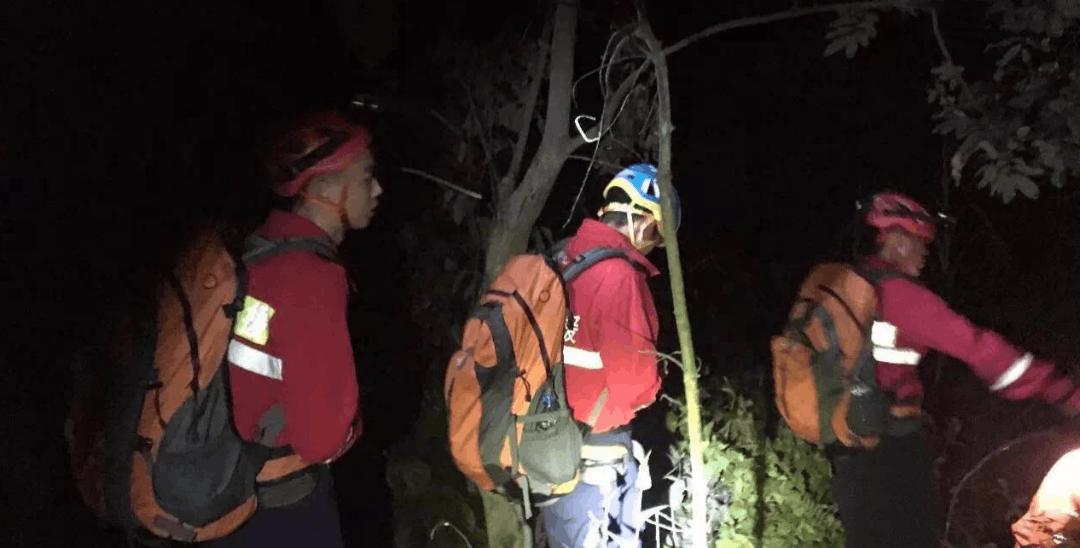 连夜施救!9名游客登排牙山迷路被困