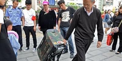 老人发明拉杆箱电动车 路人当场要买