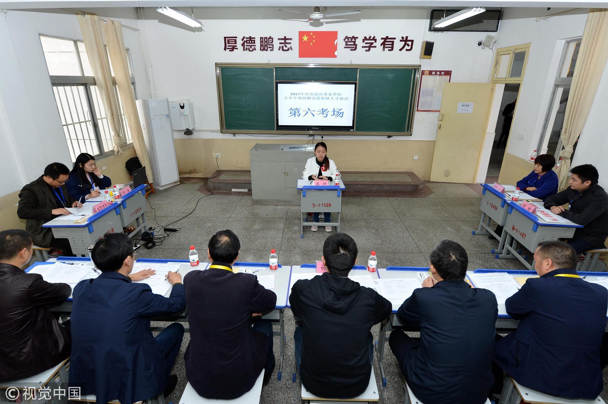 湖北襄阳,一个年轻人正在参加事业单位入职面试/视觉中国
