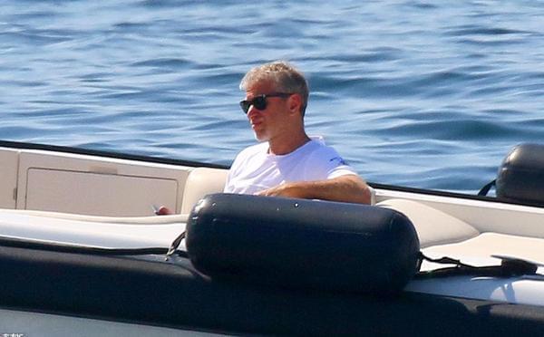 阿布出海度假放松心情 豪华游艇惹人注目