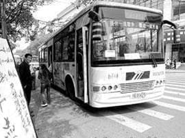 """宜昌公交运营扫墓专线车 起点站为""""夷陵新都"""""""