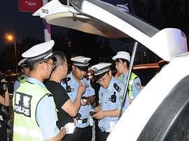 【视频图文】大庆交警开展夜查专项整治行动