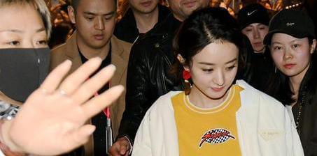 赵丽颖穿黄T恤白短裙清新靓丽