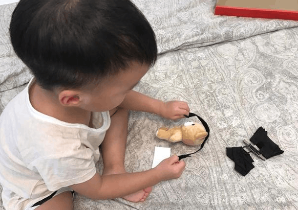 吴京儿子做手工自嗨 把小熊玩偶当海盗捆起来