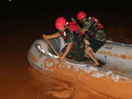 群众被困排泥库 广西消防官兵在淤泥中用手划船救人