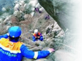 市民爬浮山被困40多米高峭壁 蓝天救援队救人