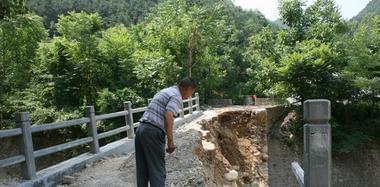 陕西一村庄建便民桥 建好后2小时垮塌