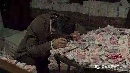 广东男子满屋藏钞票 晚上打包快递运走