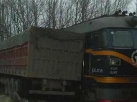 运货火车与货车相撞脱轨 3人受伤