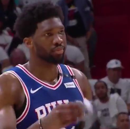 【影片】Embiid多次震怒摔面罩洩憤 而對手故意踩上去-Haters-黑特籃球NBA新聞影音圖片分享社區