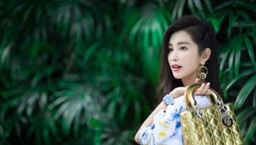 李冰冰微博晒美照宣布开工 白裙配绿植现报春图