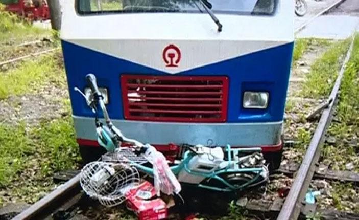 广东女子载娃放学撞上火车头 孩子当场身亡