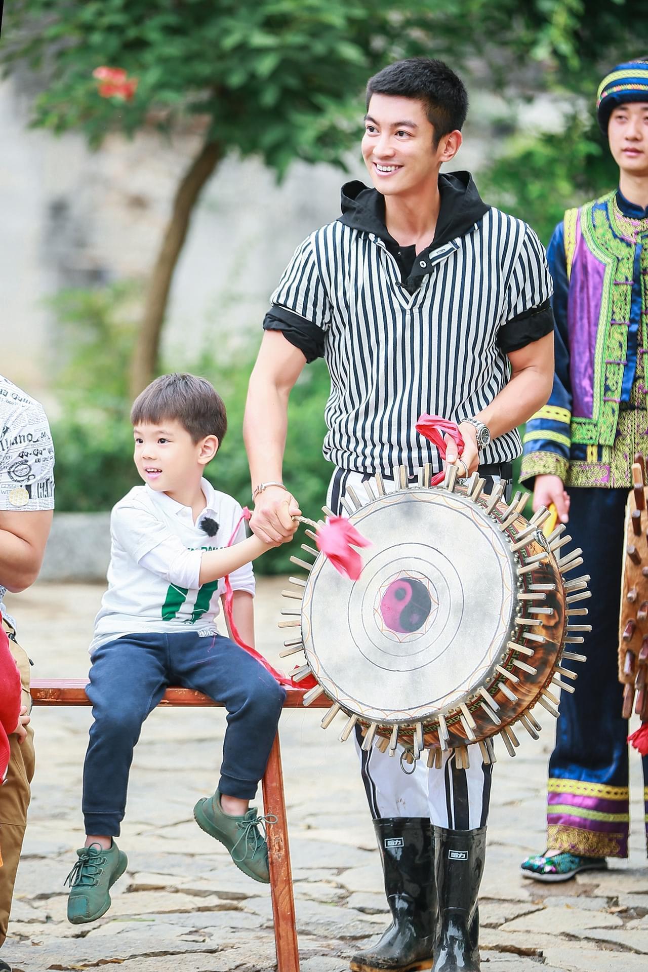 《爸爸5》杜江现严厉一面 板脸教育嗯哼不溺爱