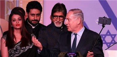 """以色列总理越过妻子""""偷瞄""""印度第一美女"""