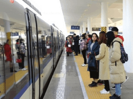 长株潭城际铁路全线开通 不少市民坐城铁回家过节