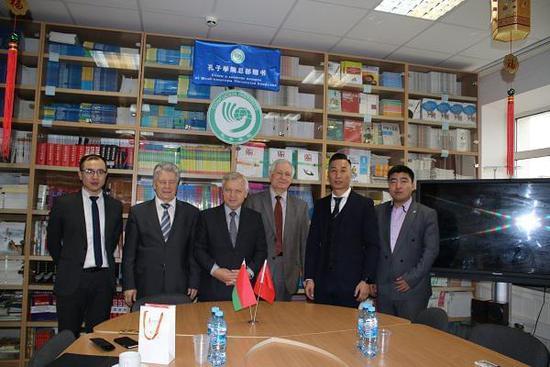 (左三)白俄罗斯共和国前副总理、白俄罗斯前驻华大使、现白俄罗斯国立大学孔子学院院长托吉可克先生、(右三)白俄罗斯国立大学经济管理学院院长阿帕纳索维奇先生、(左二)原白俄罗斯教育部部长、现白俄罗斯国立大学生态技术学院院长马斯克耶维奇先生、(右二)金吉列留学首席运营官郭明斐先生、(右一)金吉列留学合作方代表王耀田先生、(左一)俄乌白院校合作部经理王敬先生