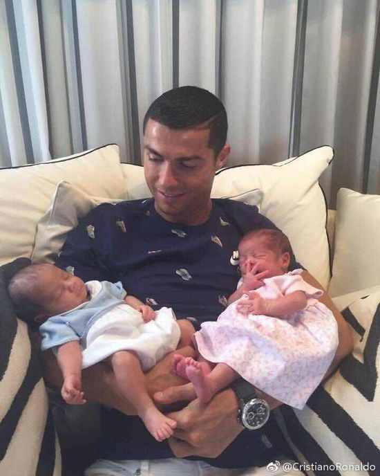 C羅懷抱雙胞胎兒女溫情注視 迷你羅當上哥哥了!