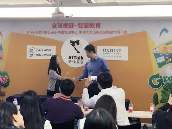 51Talk联合创始人兼高级副总裁舒婷与牛津大学出版社(中国)总经理丁锐签署双方战略合作备忘录