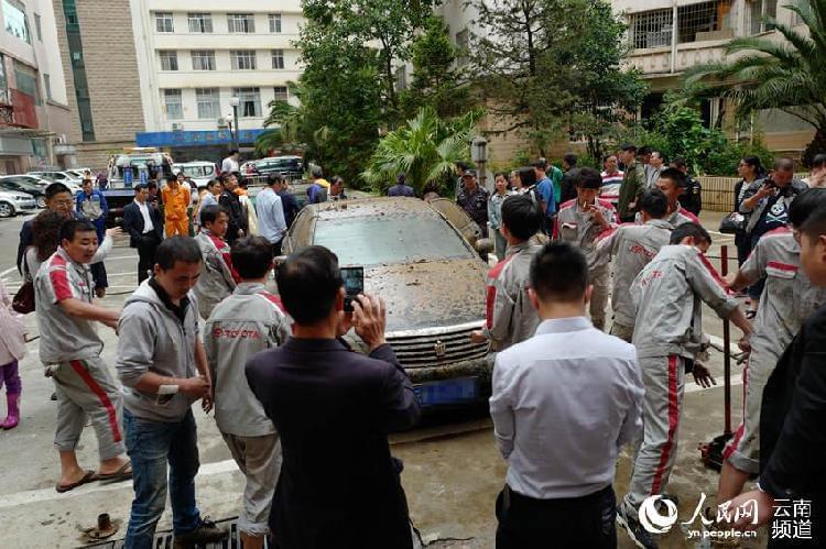 小区83辆车被淹3天全报废 豪车车主欲哭无泪