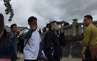 网友偶遇隆诗夫妇游日本 二人合影甜蜜发糖