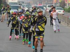 轮滑世界冠军街头快闪玩竞速