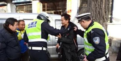 三河交警闻声抓贼 成功追回被偷手机
