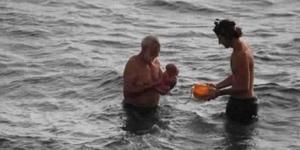 俄罗斯游客红海中体验水中产子