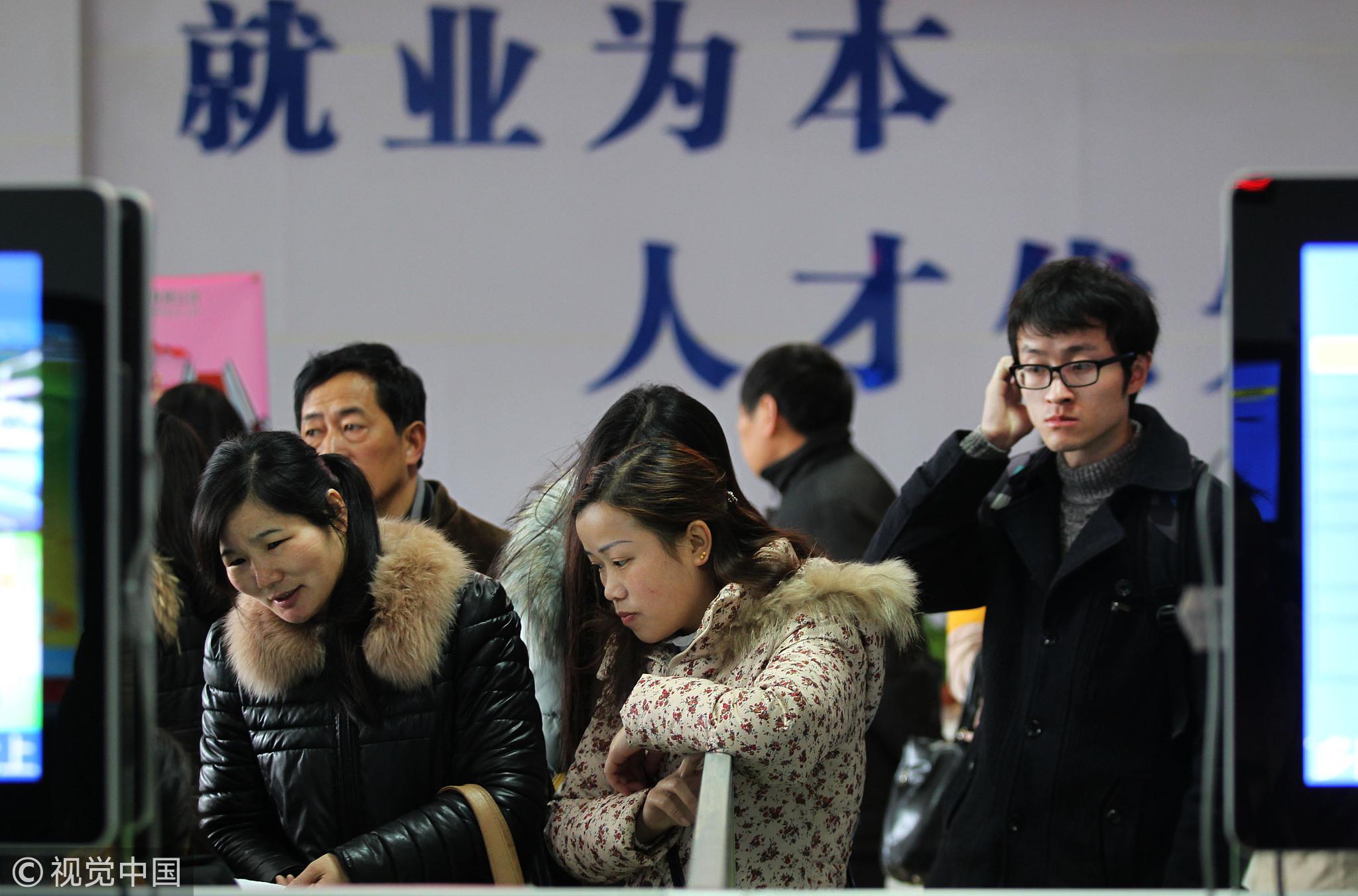江苏南通,年轻的求职者一脸迷茫/视觉中国