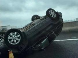 SUV半夜侧翻损毁 司机却拒绝救援:只是拐弯拐急了