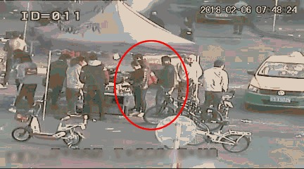 东莞警察闹市伏击这伙人!他们专盯这些人下手!