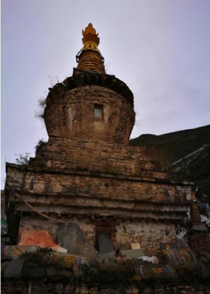 班玛县江日堂天葬台苍老的喇嘛塔