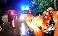 雨夜两车相撞 多方救援仍有两人不幸身亡