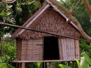 在缅甸,父亲专门建造小屋供女儿与陌生男子过夜