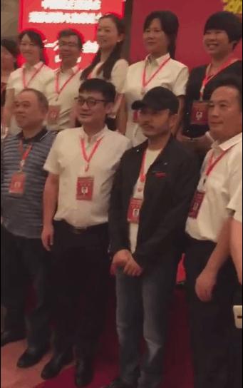汪涵参加民进代表大会 与代表团合影笑容亲切