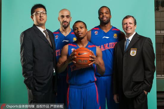 任磊(左一)参与拍摄天津男篮官方写真