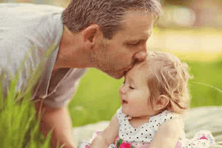 爸爸应该怎样带娃? 男子为女儿发明150多种游戏