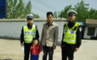 浮山公安交警帮助迷路幼童找家长