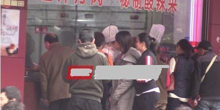 郑爽机场放飞自我大吃特吃 还为司机贴心打包