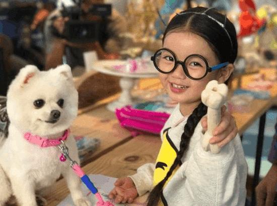 萌翻!阿拉蕾与狗狗合照对镜头甜笑可爱爆棚