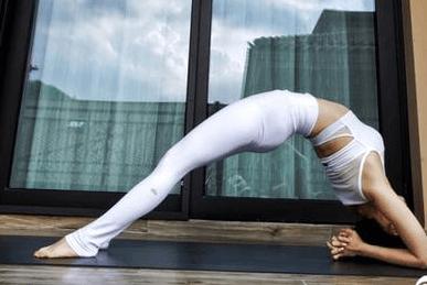 王子文开启瑜伽style 花式拉筋大秀长腿超柔韧