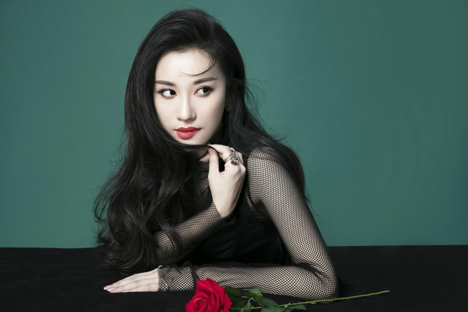 《李雷和韩梅梅》热映 麻辣教师朱子岩曝风情写真