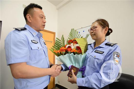 重庆丰都首位配枪女警退休 黑社会伙曾放话要杀其子