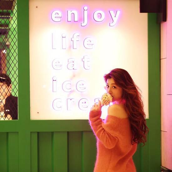 难抵美食诱惑 葛天大口吃冰淇淋一脸幸福