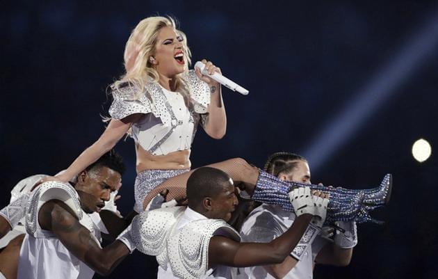 Lady Gaga肚腩赘肉抢镜