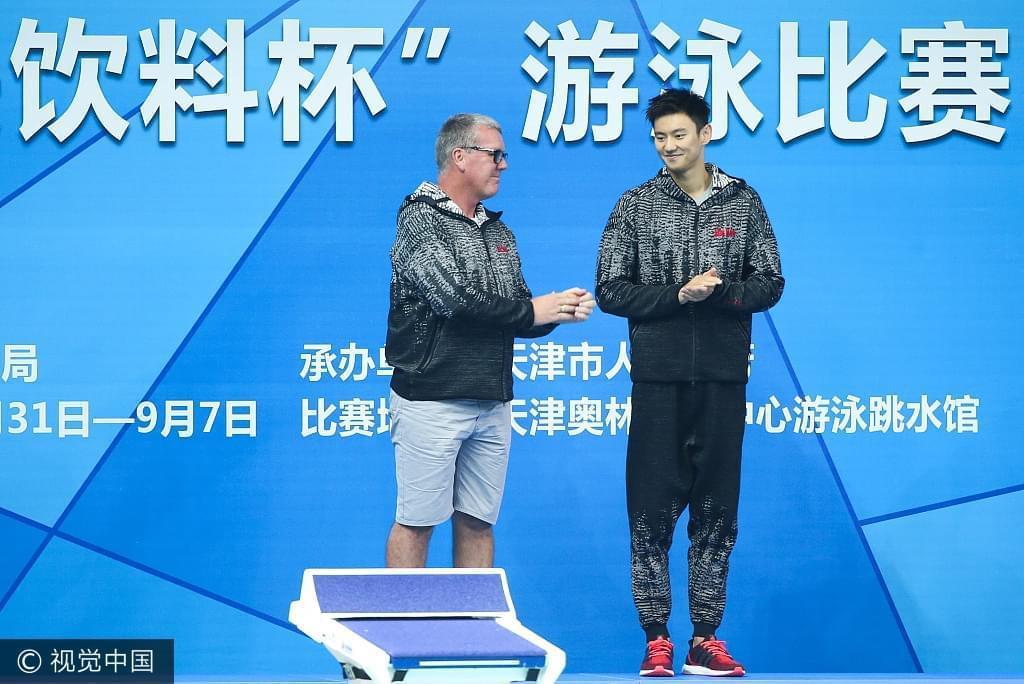今年全运会的颁奖台上宁泽涛带着恩师布朗一同站上了领奖台。