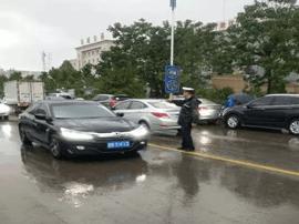 芮城交警:雨中坚守只为道路畅通