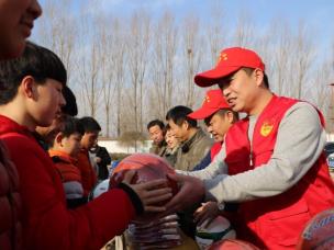 寒窗心暖 羽爱同行爱心志愿者捐献体育用品