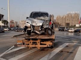 长沙消防车疑为避让面包车致侧翻 面包车面目全非