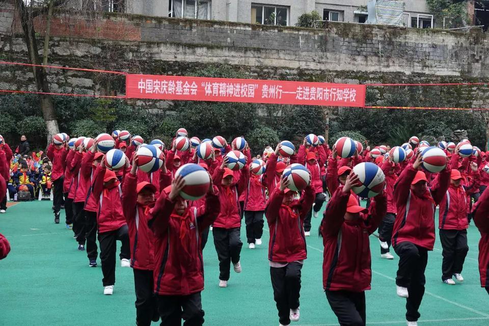 王仕鹏戴红领巾传授球技 女篮第一中锋同场现身
